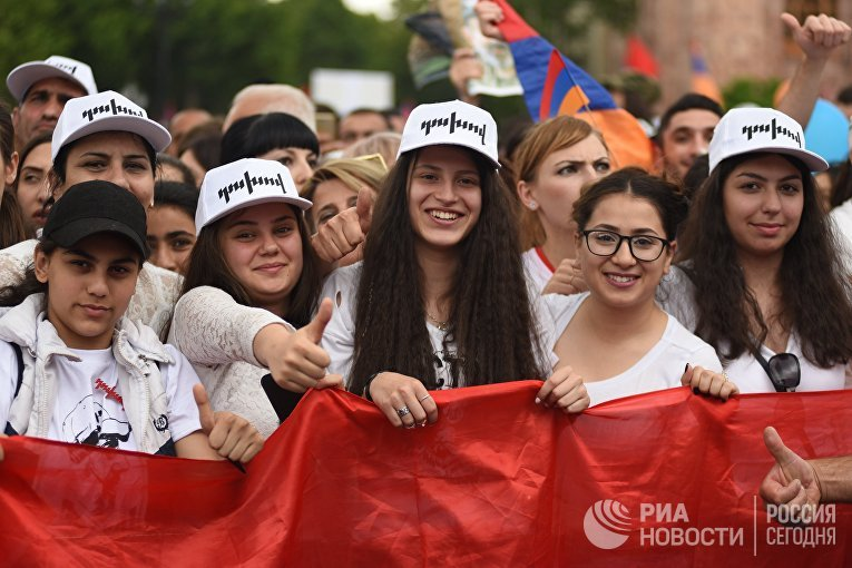 Сторонники Никола Пашиняна радуются его избранию на пост премьер-министра Армении. 8 мая 2018