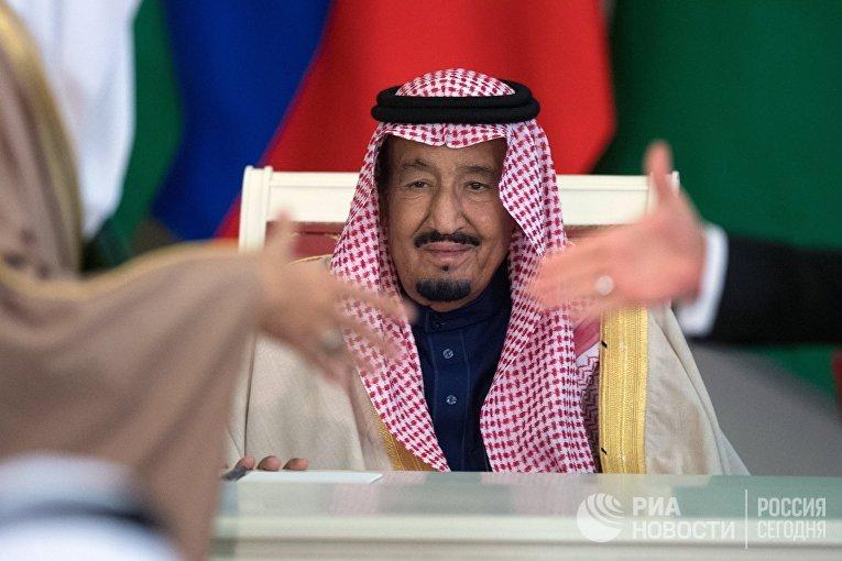 Король Саудовской Аравии Сальман Бен Абдель Азиз Аль Сауд на церемонии подписания документов по итогам российско-саудовских переговоров