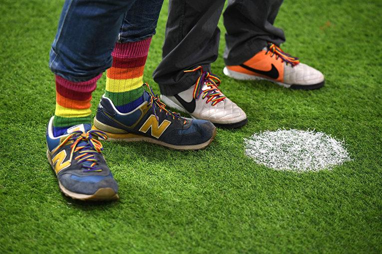 Болельщики на футбольном поле в Лондоне