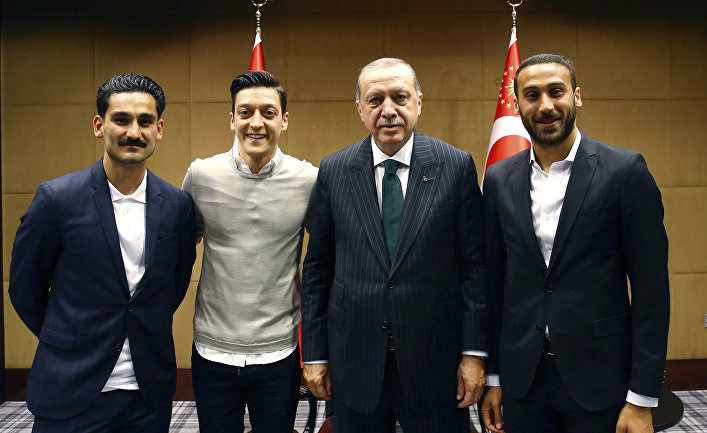 Президент Турции Реджеп Тайип Эрдоган с турецкими футболистами в Лондоне