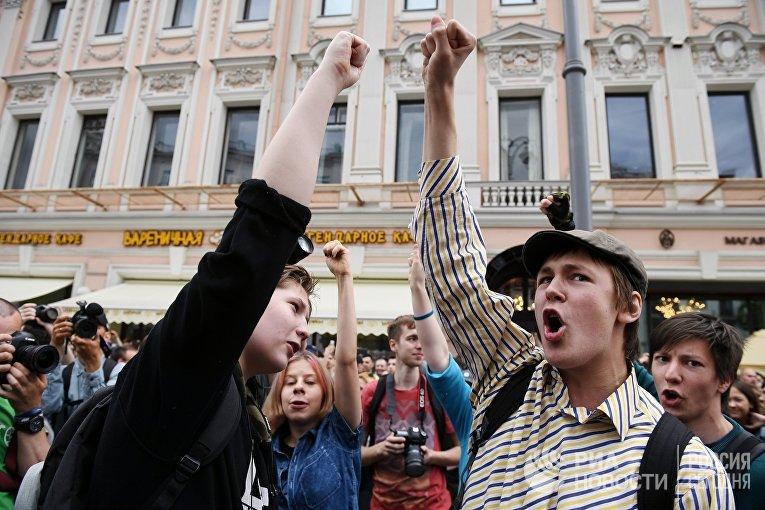 Молодые люди на Тверской улице в Москве во время несанкционированной акции. 12 июня 2017