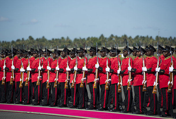 Танзанийский почетный караул в ожидании прибытия президента США Барака Обамы