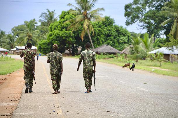 Солдаты мозамбикской армии патрулируют улицы в Мокимбоа-да-Прай