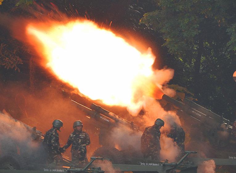 Филипинские военнослужащие ведут артиллерийский огонь