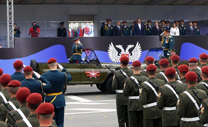 Военнослужащие на военном параде в Донецке, посвященном 73-й годовщине Победы в Великой Отечественной войне