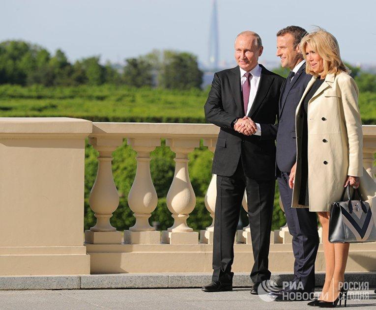 Президент РФ Владимир Путин и президент Франции Эммануэль Макрон с супругой Брижит во время встречи в Константиновском дворце в Стрельне