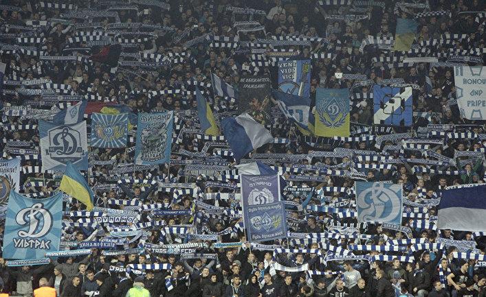Фанаты киевского «Динамо» во время матча с «Челси»