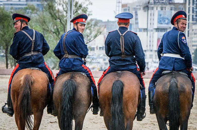 Донские казаки отрабатывают навыки верховой езды в Ростове-на-Дону