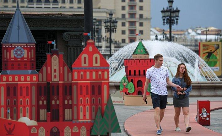 Арт-объекты, установленные к чемпионату мира по футболу 2018, на Манежной площади в Москве