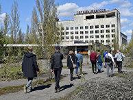Туристы гуляют по городу-призраку Припять во время экскурсии в в Чернобыльскую зону отчуждения