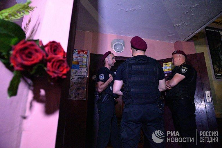 Сотрудники полиции возле дома в Киеве, где был застрелен российский журналист Аркадий Бабченко