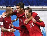 Рикарду Куарежма, Андре Силва и Адриен Силва (Португалия) радуются забитому мячу во время матча за третье место Кубка конфедераций-2017 по футболу между сборными Португалии и Мексики. 2 июля 2017