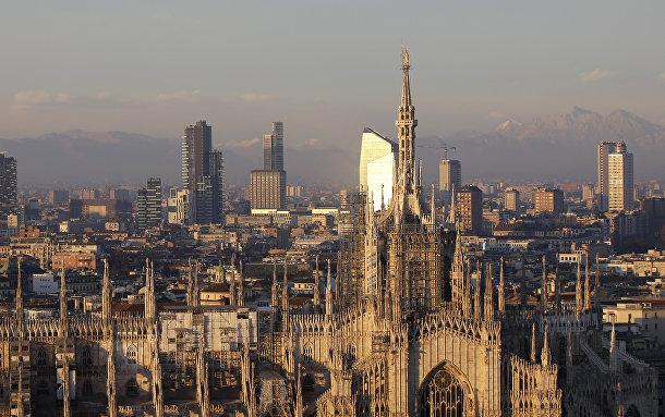 Вид на готический собор Дуомо в Милане, Италия