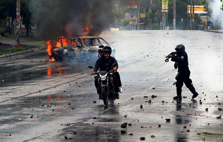 Полиция во время анти-провительственной акции протеста против президента Никарагуа Даниэля Ортеги в Манагуа