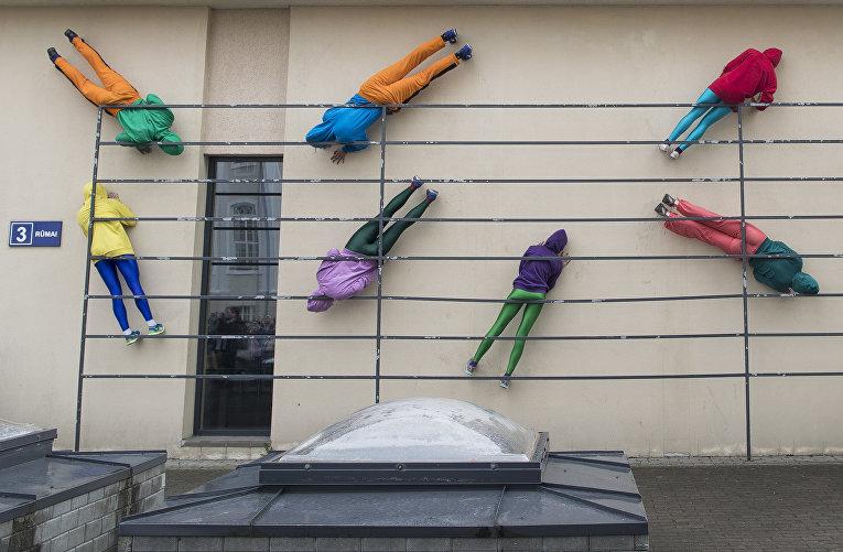 Арт-проект «тела в городских пространствах» австрийского художника Вилли Дорнера в Вильнюсе