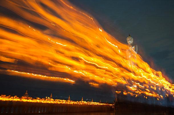 Буддисты несут свечи во время дня Весак