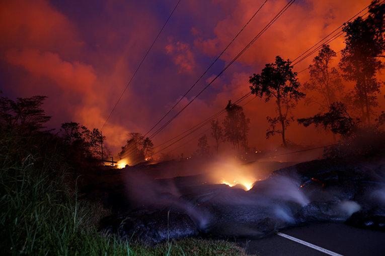Вулканические газы поднимаются из потока лавы фулкана Килауэа на Гавайях