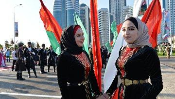 """Гости в национальных костюмах во время открытия парка цветов у высотного комплекса """"Грозный сити"""" в Грозном, приуроченного ко дню чеченской женщины"""