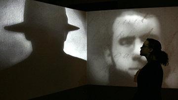 Посетитель выставки «Джек Потрошитель и Ист-энд» в музее в Доклэндс