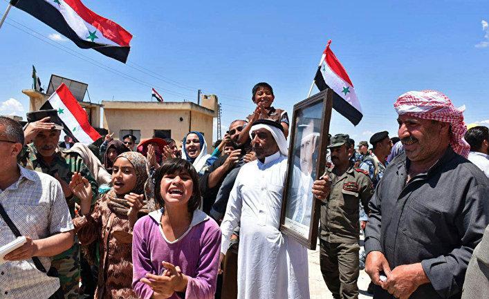 Местные жители приветствуют сирийских военных в провинции Хомс, Сирия