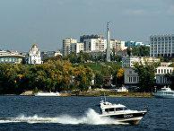 Здание Цирка им. О.Попова (слева) и монумент Славы (справа) на берегу Волги в Самаре