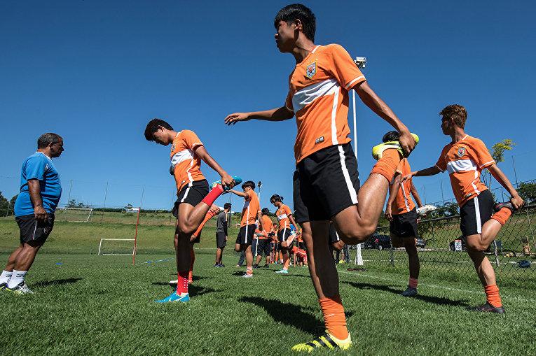 Футболисты из Китая тренируются в спортивном центре в Порту-Фелис