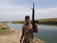 Солдат иракской армии на берегу реки Тигр к югу от Мосула