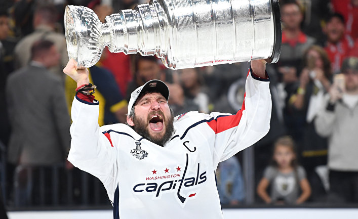 Нападающий «Вашингтона» Александр Овечкин поднимает Кубок Стэнли в Лас-Вегасе
