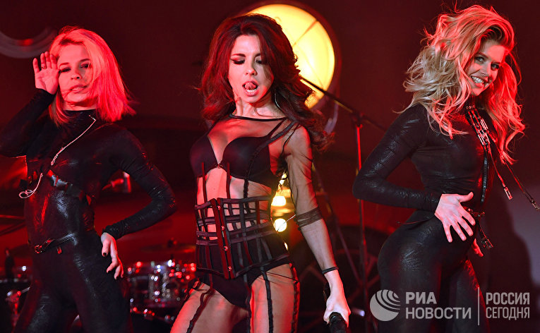 """Участница группы """"Винтаж"""" Анна Плетнева выступает на вечеринке, посвященной запуску ежегодного рейтинга 100 самых сексуальных женщин России. 25 октября 2017"""