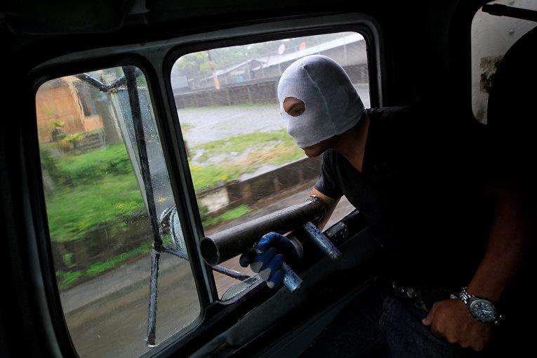 Участник демонстраций во время протеста против правительства президента Никарагуа Даниэля Ортеги в Ниндири