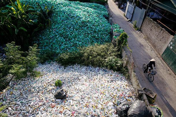 Пластиковые бутылки, подготовленные для переработки в селе Ха Кау, Вьетнам