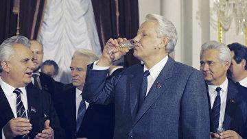 Леонид Кравчук и Борис Ельцин после подписания договора о признании территориальной целостности РСФСР и УССР в существующих в рамках СССР границах. Ноябрь 1990 года. Действие договора - 10 лет.