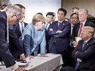 Канцлер ФРГ Ангела Меркель разговаривает с президентом США Дональдом Трампом на саммите G7. 9 июня 2018