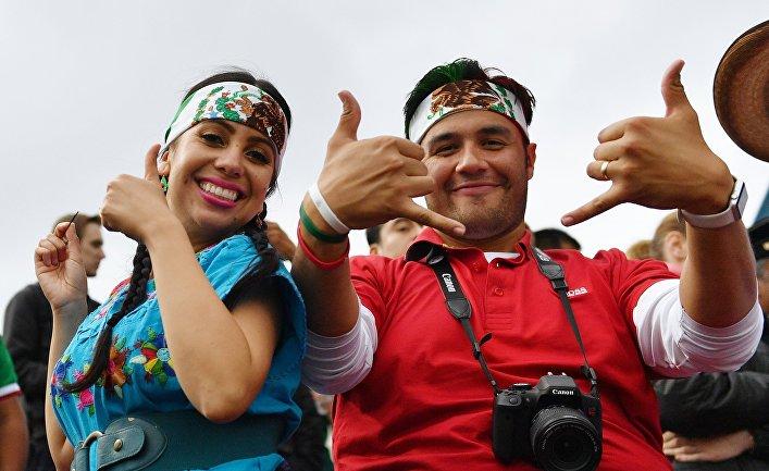 Болельщики у стадиона, где проходит тренировка сборной Мексики, в Москве
