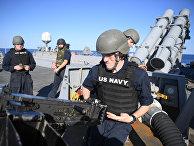 Военнослужащие на ракетном эсминце Porter (DDG 78) 6-го флота США в Средиземном море