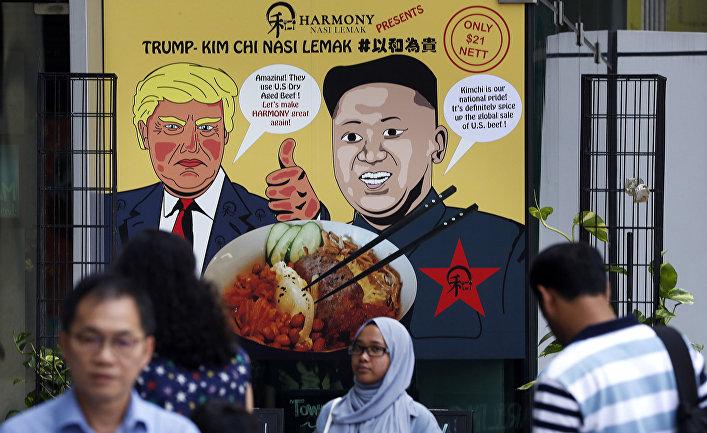 Каррикатурная вывеска, изображающая президента США Дональда Трампа и северокорейского лидера Ким Чен Ына в Сингапуре