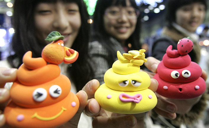 Южнокорейские студенты во время международной выставки туалетных и ванных принадлежностей в Сеуле