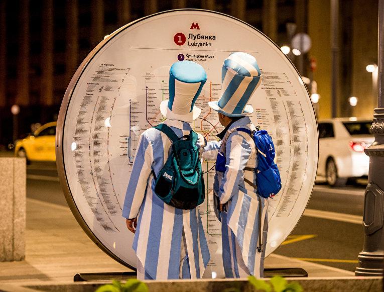 Аргентинские футбольные болельщики в центре Москвы