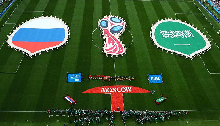 Игроки команд на поле перед матчем группового этапа чемпионата мира по футболу между сборными России и Саудовской Аравии