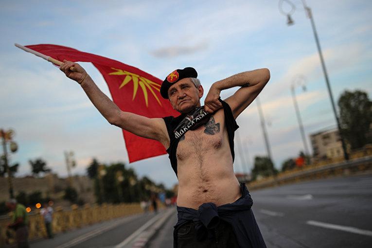 Сторонник оппозиционной партии ВМРО-ДПМНЕ принимает участие в акции протеста против переименования Македонии