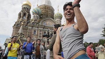 Болельщики сборной Ирана у храма Спаса на Крови в Санкт-Петербурге