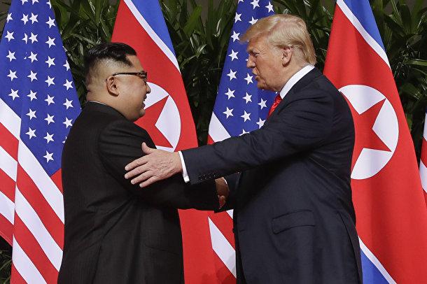 Президент США Дональд Трамп и председатель КНДР Ким Чен Ын во время встречи в Сингапуре