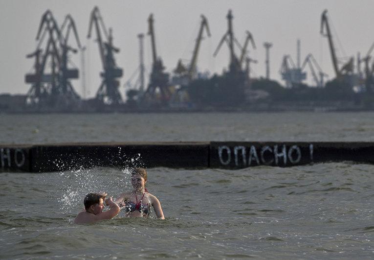 Вид на Мариупольский морской порт на Азовском море, Украина