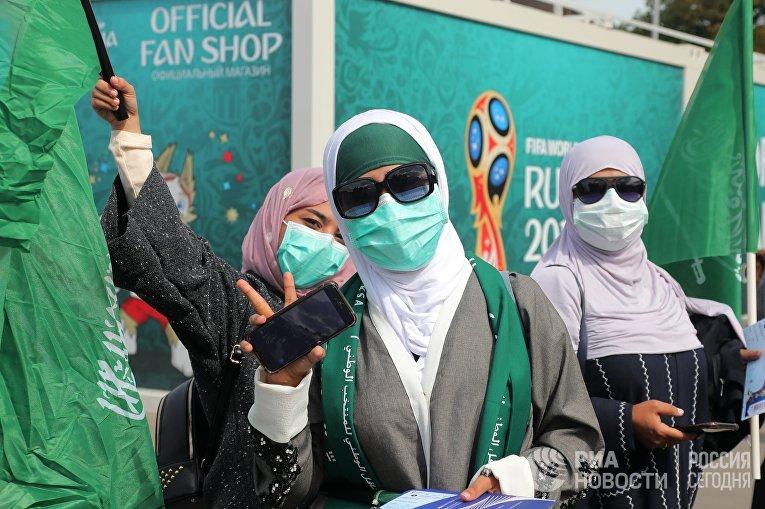 Болельщицы сборной Саудовской Аравии перед матчем группового этапа чемпионата мира по футболу между сборными России и Саудовской Аравии