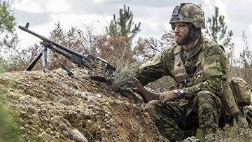 Канадский десантник на военных учениях