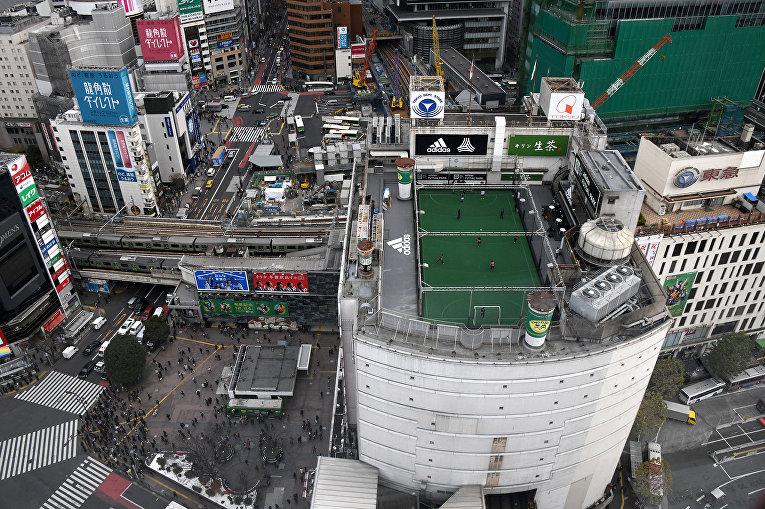 Площадка для мини-футбола на крыше универмага в Токио