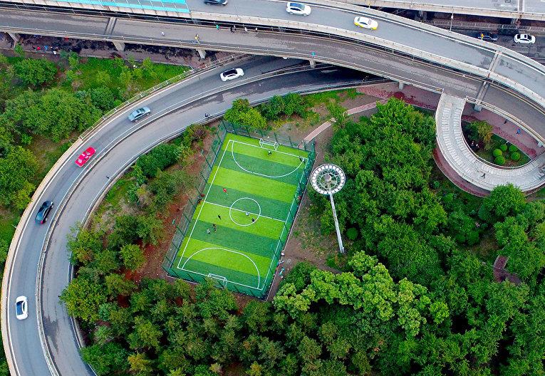 Вид на футбольную площадку в северо-восточной китайской провинции Ляонин