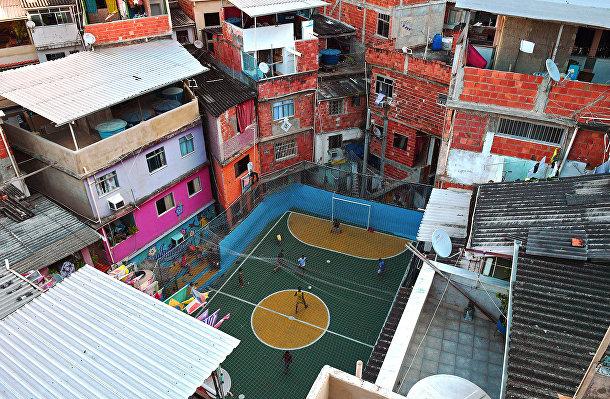 Мальчишки играют в футбол в фавеле Таваре Бастос в Рио-де-Жанейро