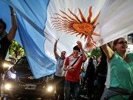 Сторонники Маурисио Макри - празднуют победу на улицах Буэнос-Айреса