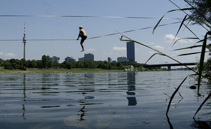 Канатоходец переходит через Дунай в Вене